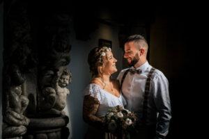 Brautpaar schaut sich im Standesamt Köln vor der Trauung in der Rentkammer
