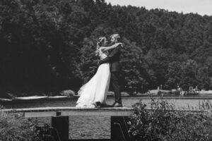 Hochzeitfotograf Köln: Jenni und Tobi im Brautpaarshooting im Westerwald umarmen sich und schauen sich in die Augen